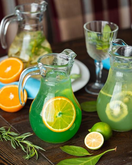 Hausgemachte limonade mit zitronen auf dem tisch Kostenlose Fotos