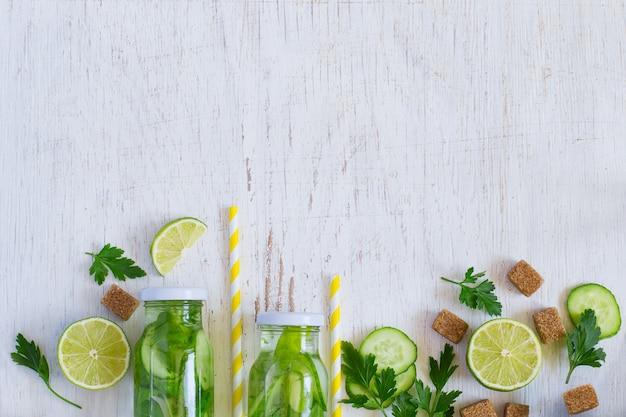 Hausgemachte limonadenflaschen Premium Fotos