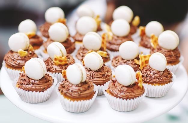 Hausgemachte muffins mit makronen. Premium Fotos