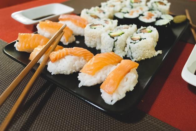Hausgemachte nigiri, california rolls und maki Kostenlose Fotos
