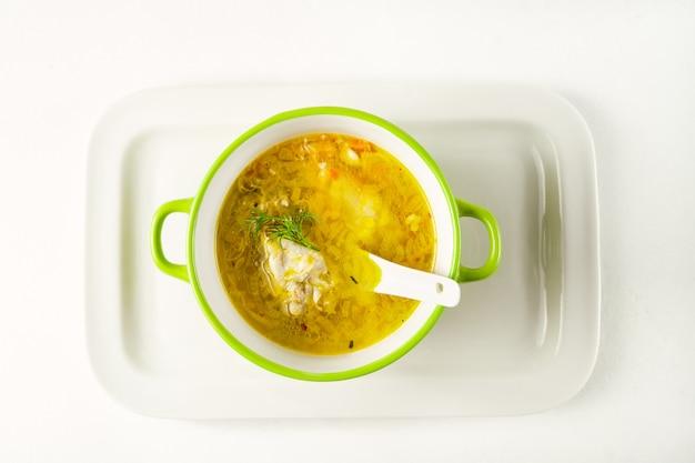 Hausgemachte nudelsuppe serviert in einer schüssel auf einem weißen tablett Premium Fotos