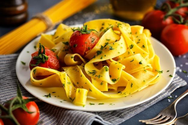 Hausgemachte pasta mit kräutern und tomaten Kostenlose Fotos