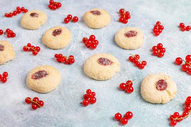 Hausgemachte rustikale marmelade der roten johannisbeere, die kekse mit kokosnuss füllt Kostenlose Fotos