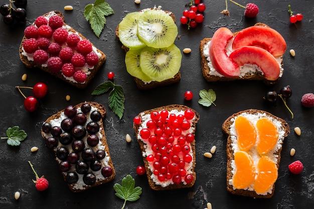 Hausgemachte sandwiches mit beeren und früchten nahaufnahme Premium Fotos
