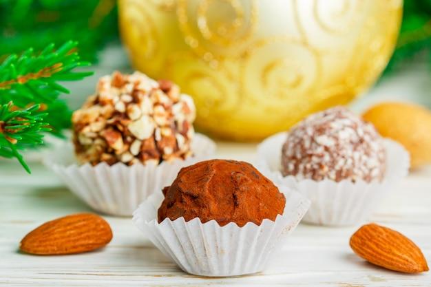 Hausgemachte schokoladentrüffel mit mandel-kokos-keks-krümel Premium Fotos