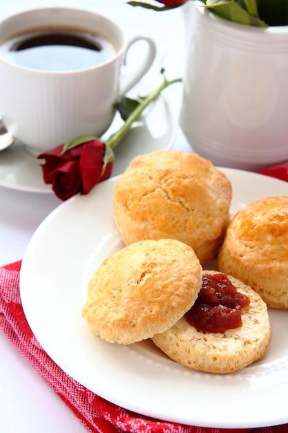 Hausgemachte scones mit erdbeermarmelade und einer tasse tee Premium Fotos