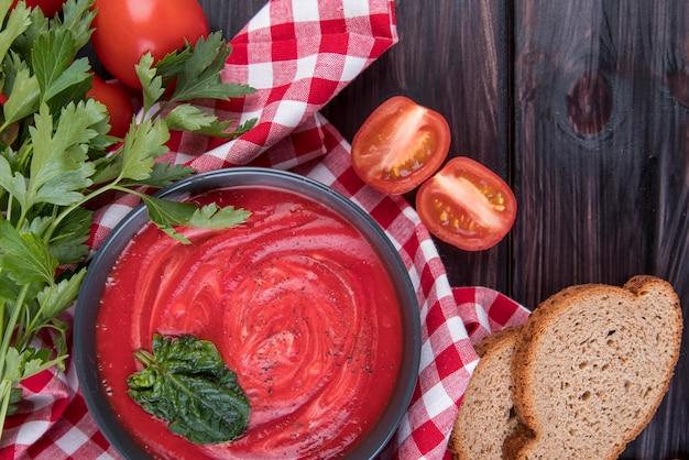 Hausgemachte tomatencremesuppe und brotscheiben Kostenlose Fotos