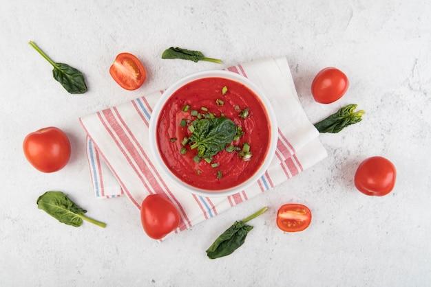 Hausgemachte tomatencremesuppe und niedliches arrangement Kostenlose Fotos