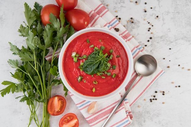 Hausgemachte tomatencremesuppe und petersilie Premium Fotos