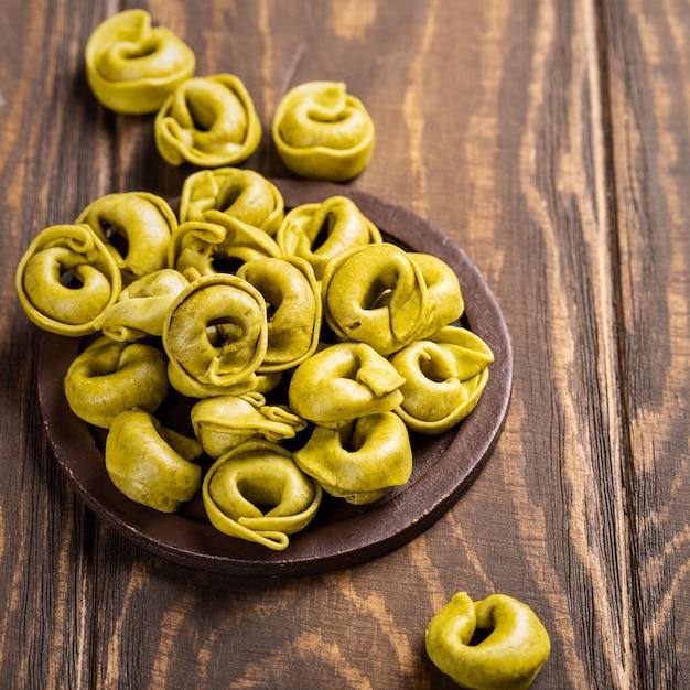 Hausgemachte tortellini mit spinat, käse und ricotta Premium Fotos