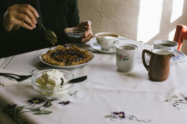 Hausgemachte waffeln essen Kostenlose Fotos