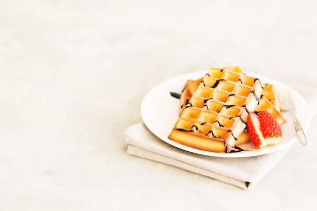 Hausgemachte waffeln mit erdbeeren Premium Fotos