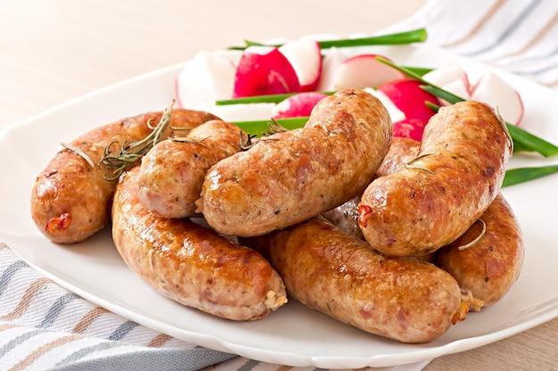 Hausgemachte würstchen im ofen und salat gebacken Kostenlose Fotos