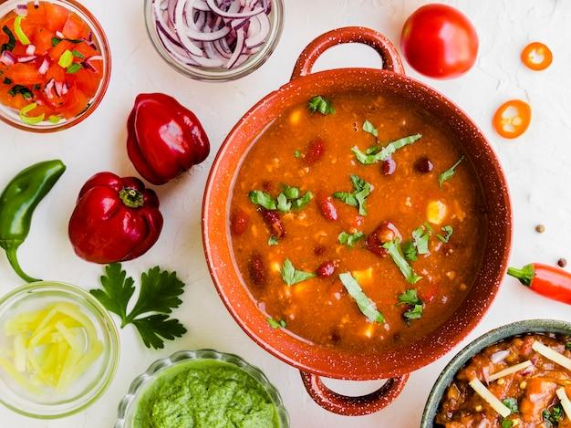 Hausgemachter chili mit dips und paprika Kostenlose Fotos