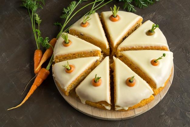 Hausgemachter kuchen. traditioneller karottenkuchen mit sahne. Premium Fotos