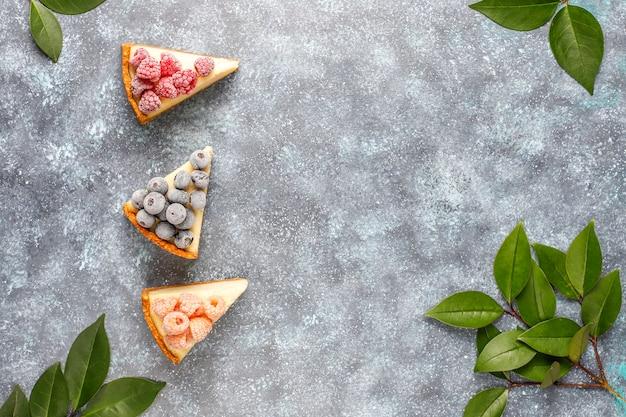 Hausgemachter new yorker käsekuchen mit gefrorenen beeren und minze, gesundes bio-dessert, draufsicht Kostenlose Fotos