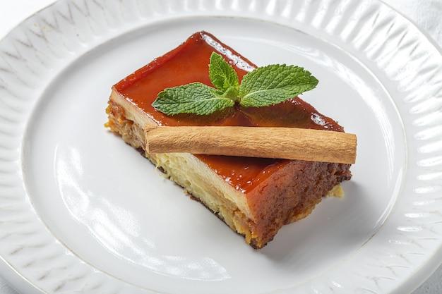 Hausgemachter pudding aus frischen und gesunden äpfeln auf marmor Premium Fotos