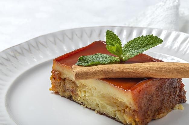 Hausgemachter pudding von frischen und gesunden äpfeln auf marmortisch Premium Fotos