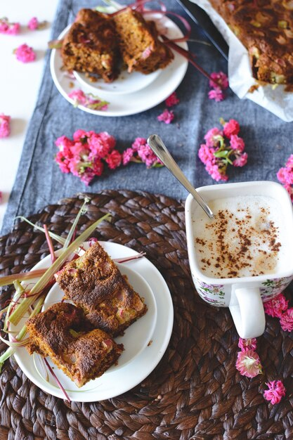 Hausgemachter weicher puffkuchen mit rhabarber Kostenlose Fotos