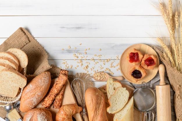 Hausgemachtes brot oder brötchen, croissant und bäckerei Premium Fotos