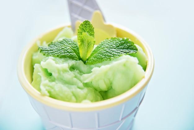 Hausgemachtes grünes bio-avocado-eis mit minzblättern Premium Fotos