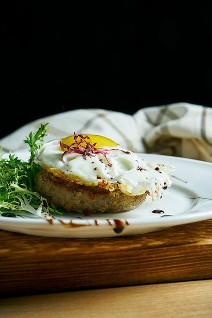 Hausgemachtes rindersteak mit rührei zum frühstück. aussicht. leckeres essen zum mittagessen. Premium Fotos