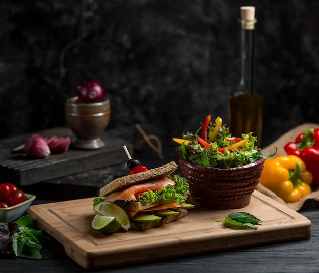 Hausgemachtes toastsandwich mit gemischten zutaten dazwischen. Kostenlose Fotos