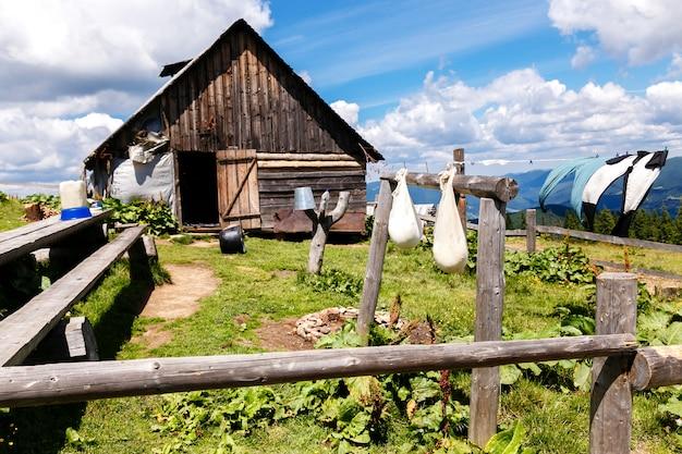 Haushalt mit hängendem reifekäse in den bergen Premium Fotos