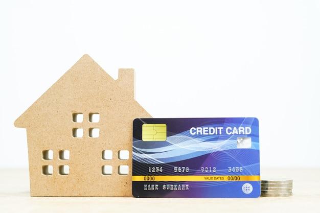 Hausmodell und kreditkarte auf dem tisch Premium Fotos