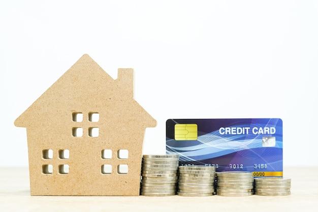 Hausmodell und und kreditkarte auf tisch für finanz- und bankkonzept Premium Fotos
