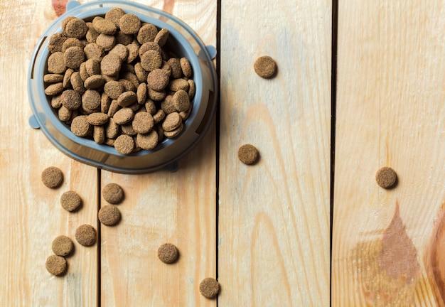 Haustiernahrung auf bretterboden Premium Fotos