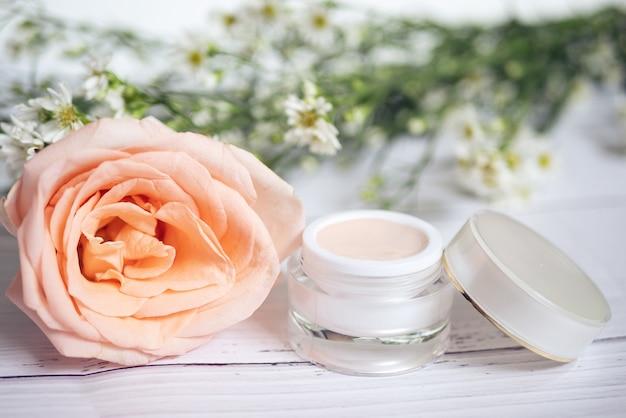 Hautpflege-konzept. produkt von rosa hautpflegecreme in der packung Premium Fotos