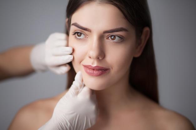 Hautpflegefrau, die gesichtsmake-up - hautpflege entfernt. Premium Fotos