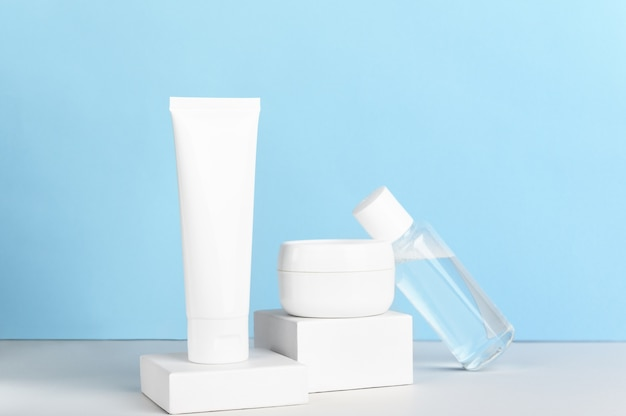 Hautpflegeprodukte auf einem weißen tisch Premium Fotos