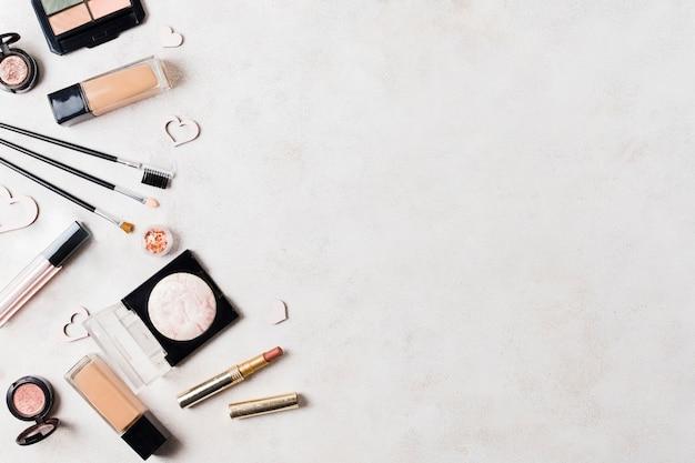 Hautpflegeprodukte auf heller oberfläche Premium Fotos