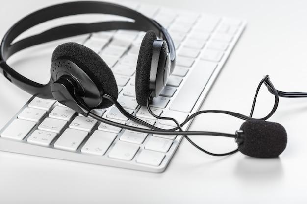 Headset auf der tastatur computer laptop Premium Fotos