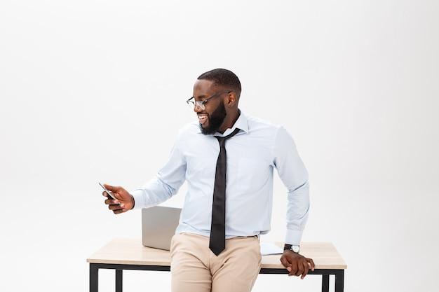 Headshot des erfolgreichen lächelnden netten afroamerikanergeschäftsmann-geschäftsmannes, der stilvoll ist Premium Fotos
