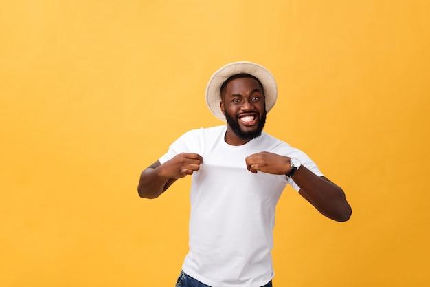 Headshot des überraschten jungen dunkelhäutigen mannstudenten, der das zufällige graue t-shirt anstarrt in die kamera trägt Premium Fotos