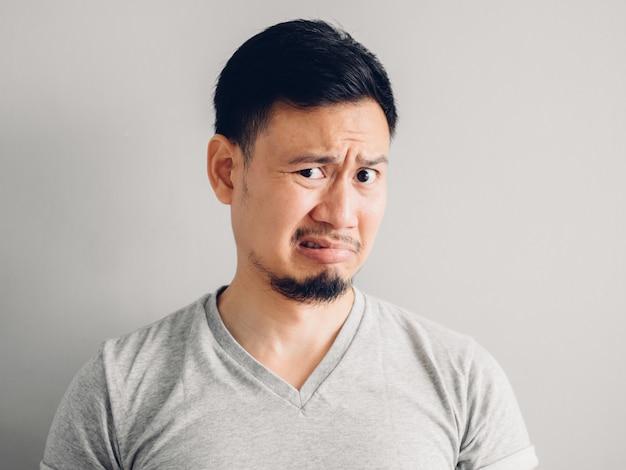 Headshot-foto des asiatischen mannes mit hass und ekelhaftem gesicht. auf grauem hintergrund. Premium Fotos