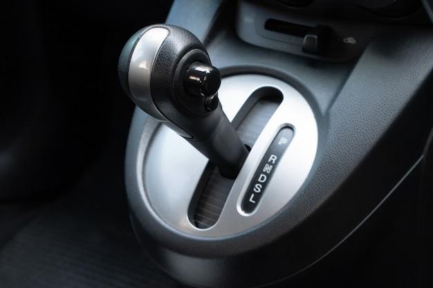Hebel des fahrzeuggetriebes im fahrerplatz. Premium Fotos