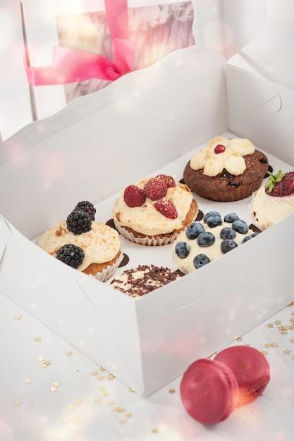 Heidelbeerköstliche kleine kuchen in einem papierkasten Premium Fotos