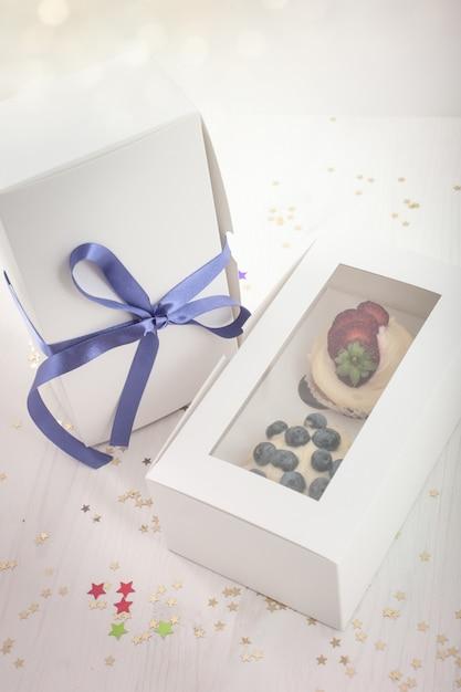 Heidelbeerköstlicher kleiner kuchen in einem papierkasten Premium Fotos