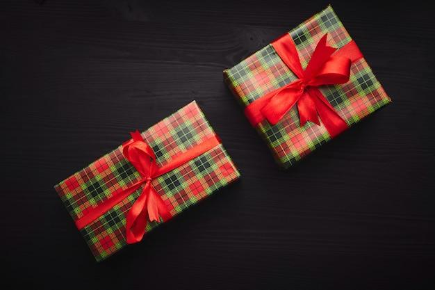 Heiligabend. geschenke auf schwarzem holz. Premium Fotos