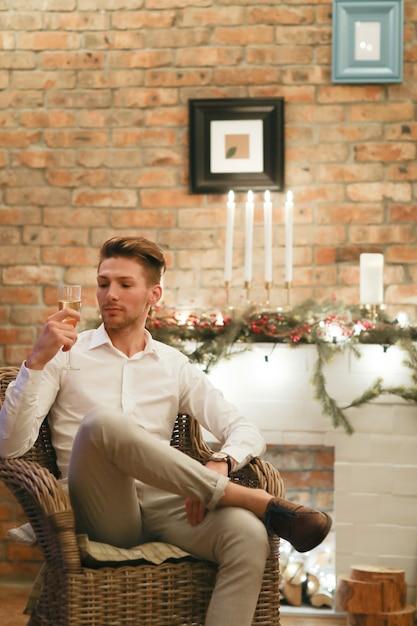 Heiligabend mann, der champagner trinkt Kostenlose Fotos