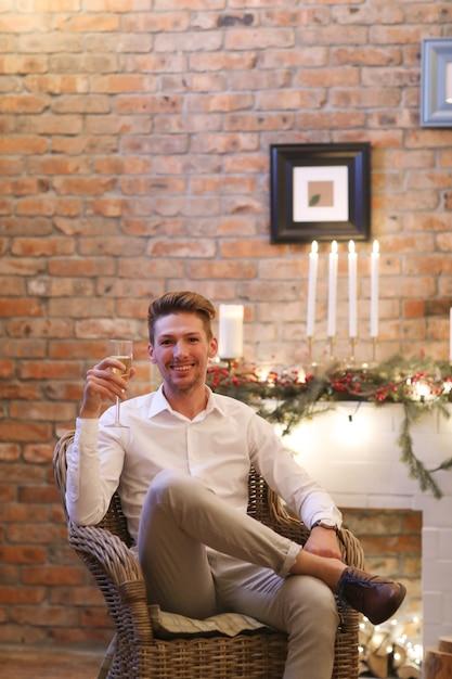 Heiligabend, mann trinkt champagner Kostenlose Fotos