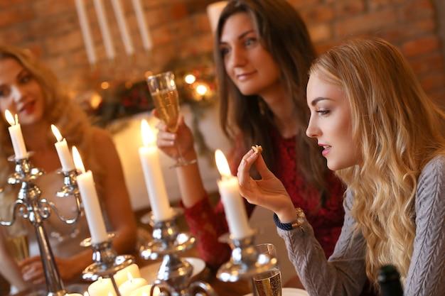 Heiligabend mit freunden Kostenlose Fotos
