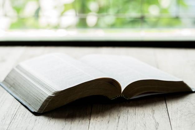 Heilige bibel auf einem holztisch Kostenlose Fotos
