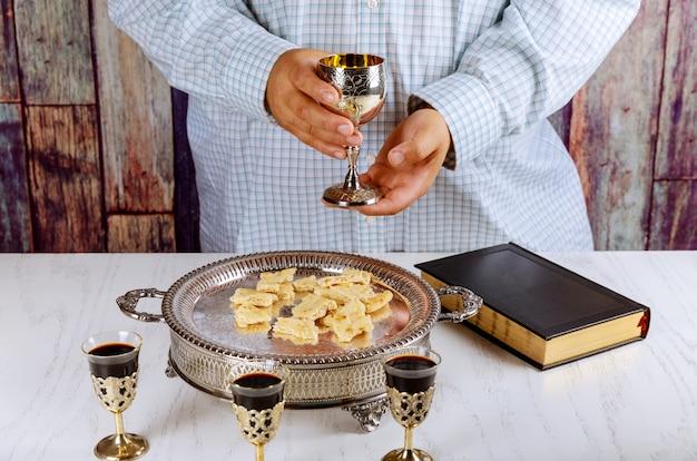 Heilige kommunion tasse glas mit rotwein, brot bibelgebet für wein und heilige bibel Premium Fotos