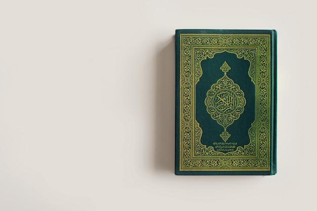 Heiliger al quran mit schriftlicher arabischer kalligraphiebedeutung von al quran Premium Fotos