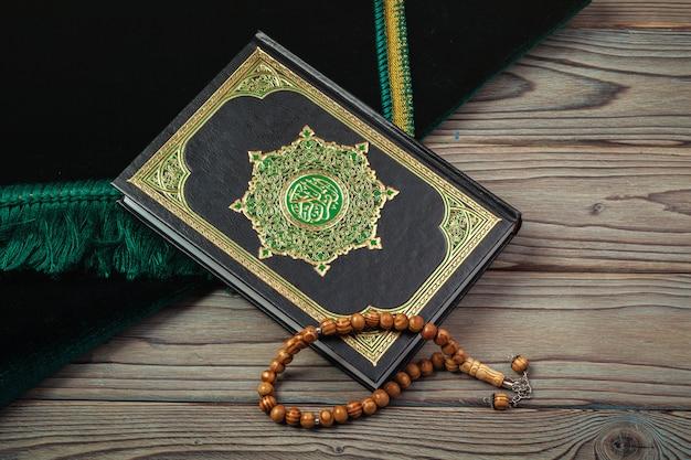 Heiliger koran mit perlen Premium Fotos